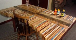 DIY Inspiration: Gestapelter Holzpalettenschreibtisch